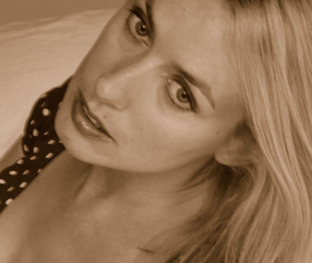 Lisa Redford promo shot